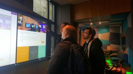 Alessandro mit zwei IT Professionals im Microsoft Showroom